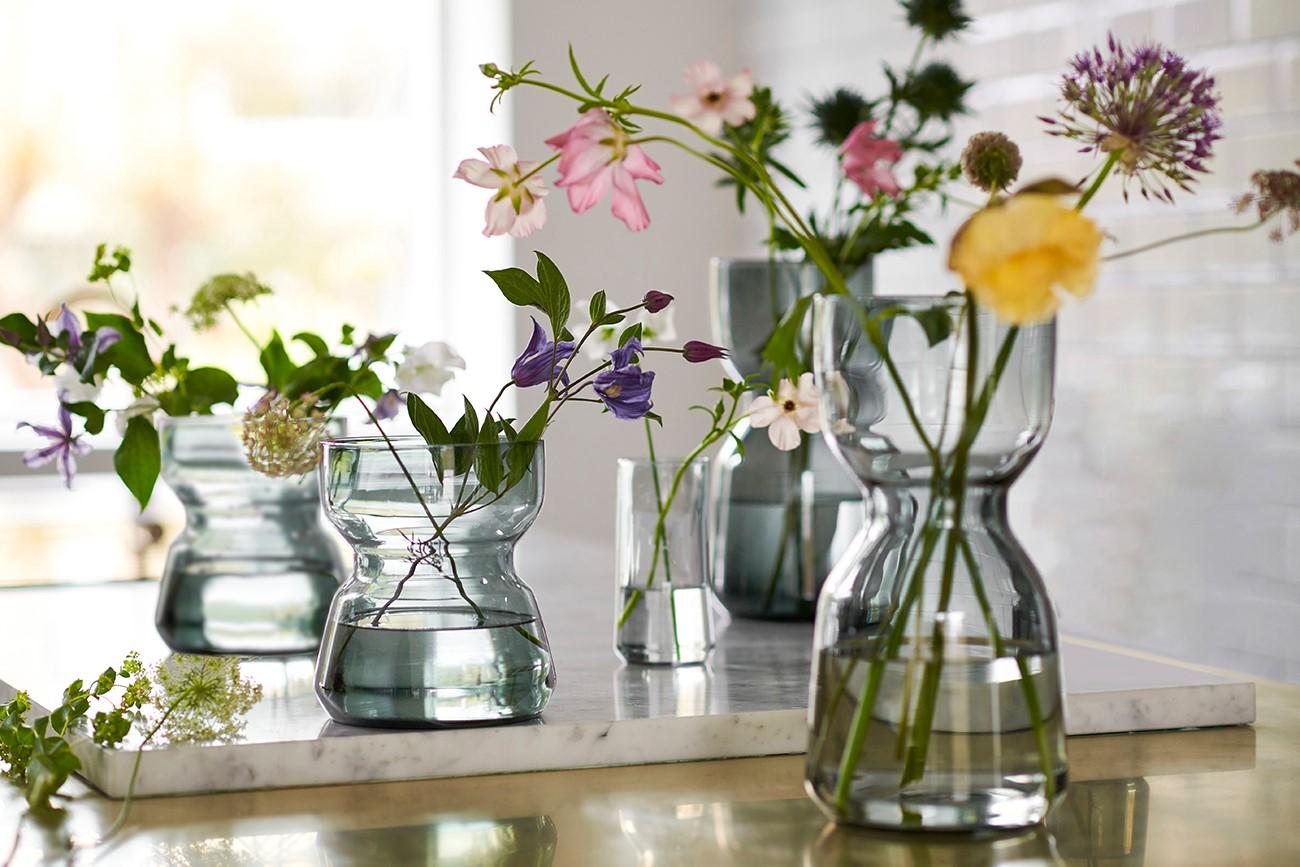 Blumenvasen mit frischen Blumen