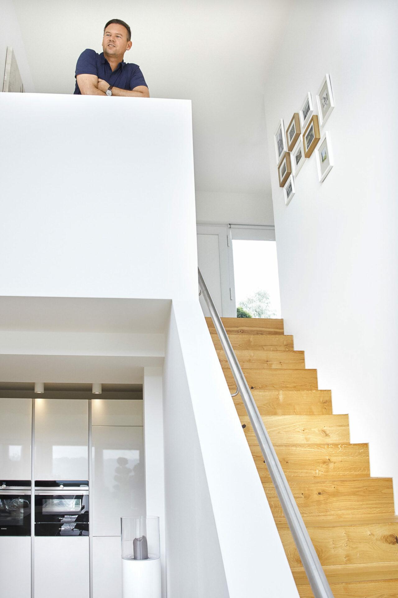 Echtholztreppe in einem Bauhaus