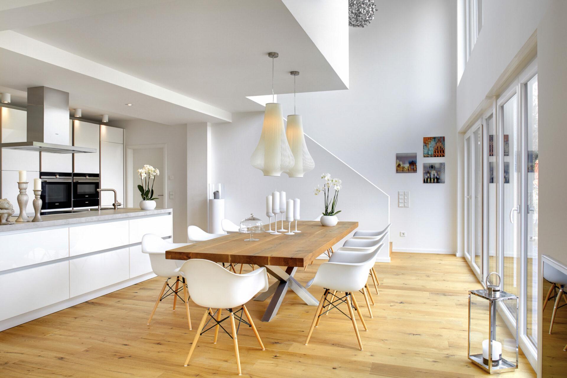 Weiße, offene Küche mit Esszimmer