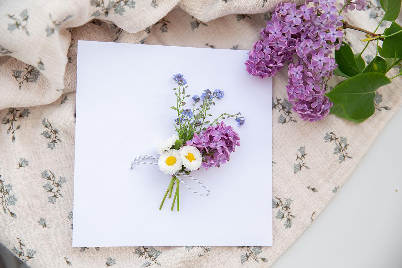 Einladungskarte mit frischen Blumen
