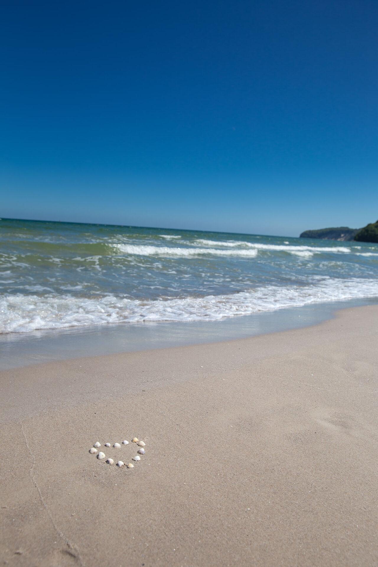 Strand von Binz mit Herz aus