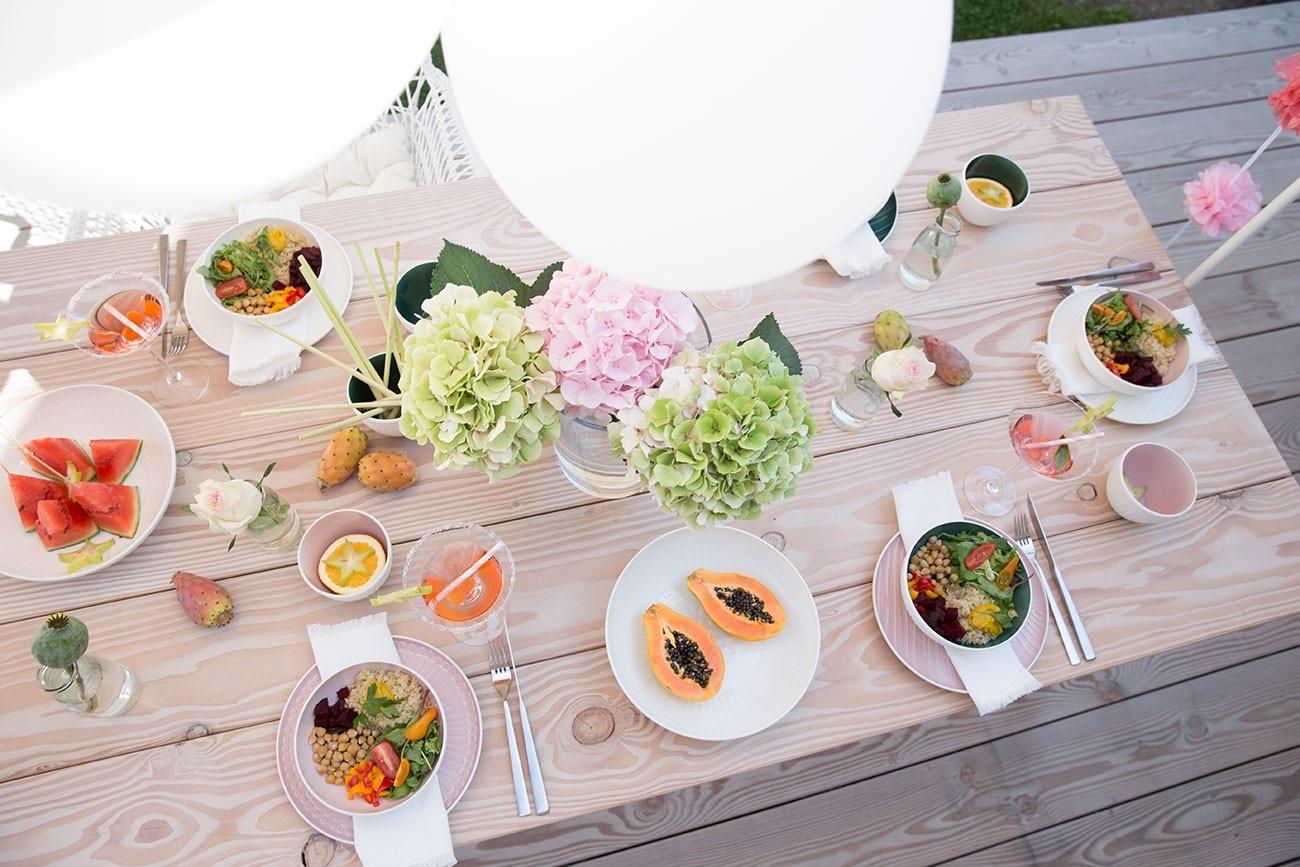Tisch gedeckt für die Sommerparty mit Freunden