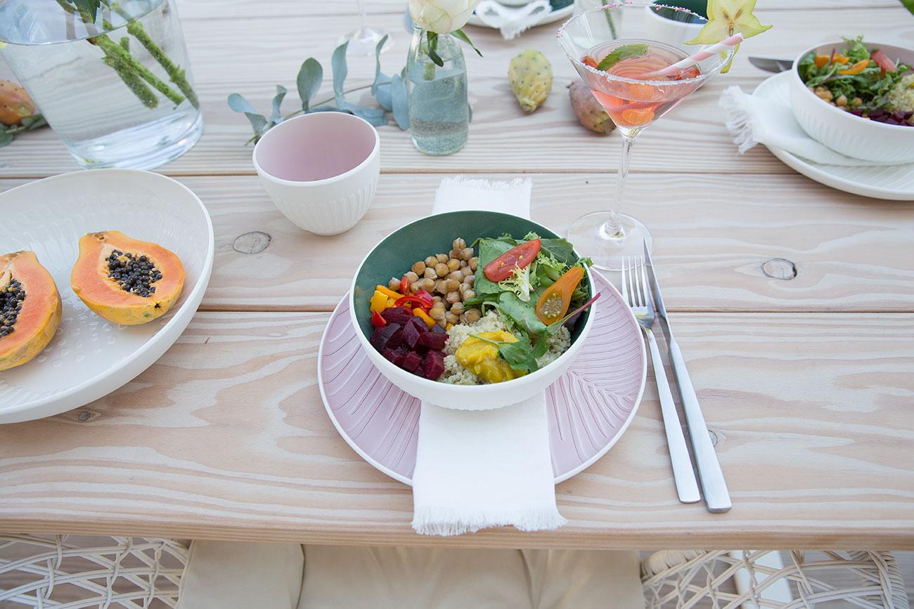 Leckere Bowl mit schönem Geschirr