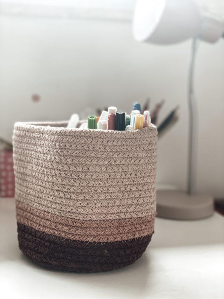 Korb als Stifteaufbewahrung auf Schreibtisch im Kinderzimmer