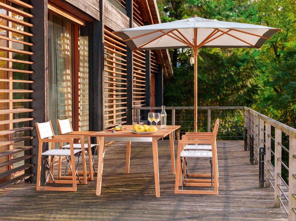 Möbel aus Holz mit Sonnenschirm