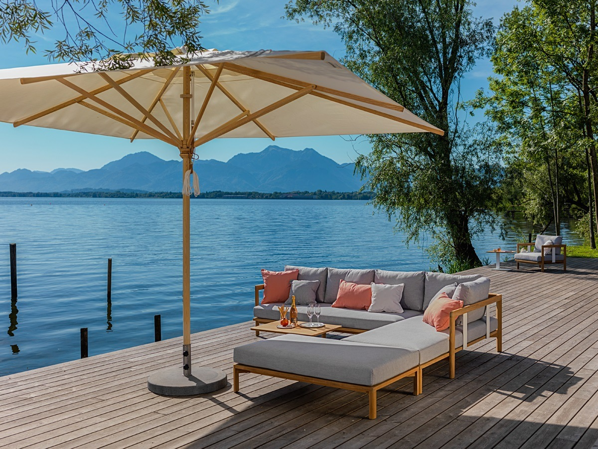 Loungegarnitur mit großem Sonnenschirm