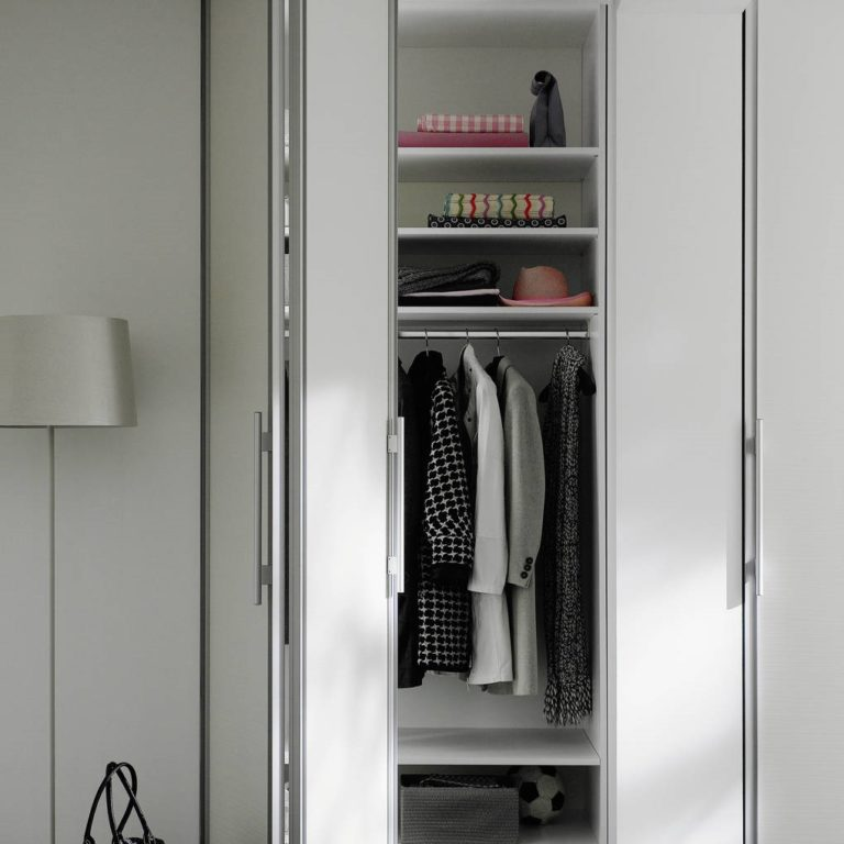 Garderobe im Flur mit Falttür