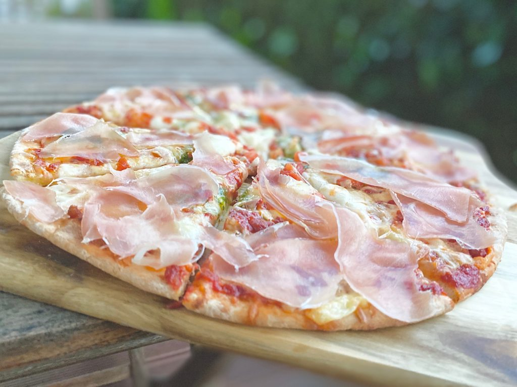 Perfekte Pizza serviert.