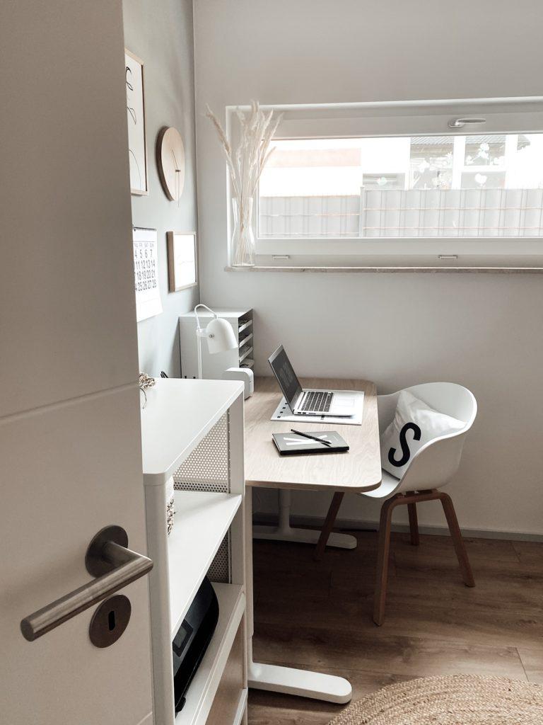 Blick ins Home-Office und Gästezimmer auf den Schreibtisch