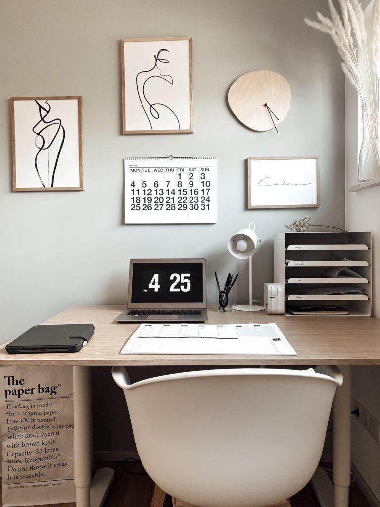 Home-Office Schreibtisch mit Laptop, Ablage und Dekoration