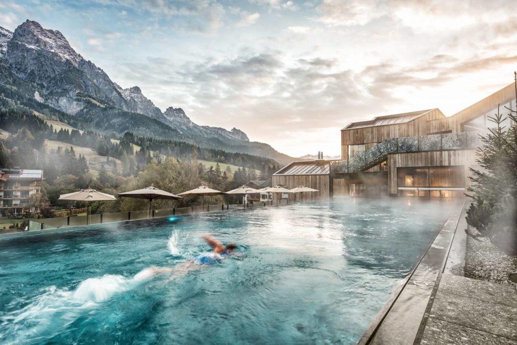 Pool Außenbereich Hotel