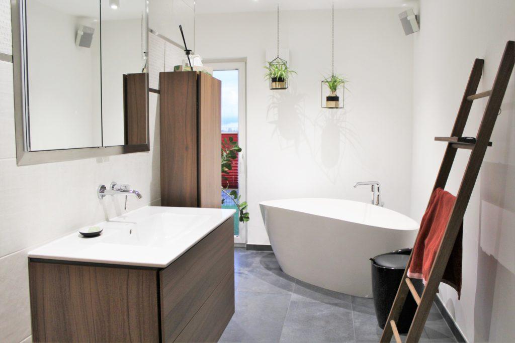 Badezimmer mit frei stehender Wanne