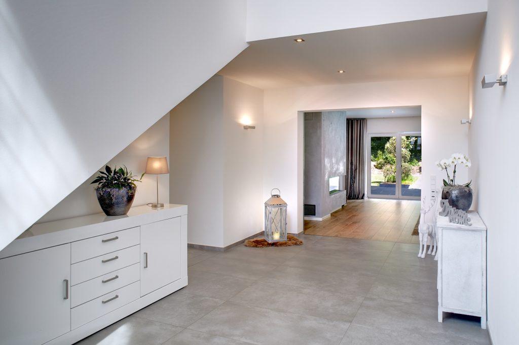 Offener Flur mit Übergang ins Wohnzimmer
