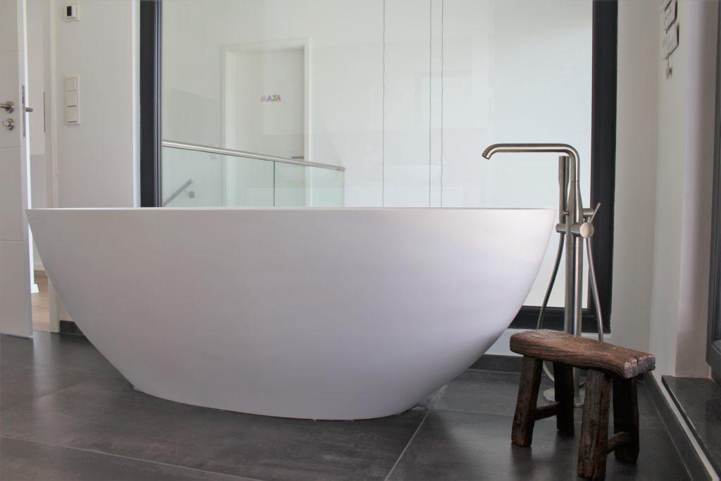 Frei stehende Badewanne in ovaler Form