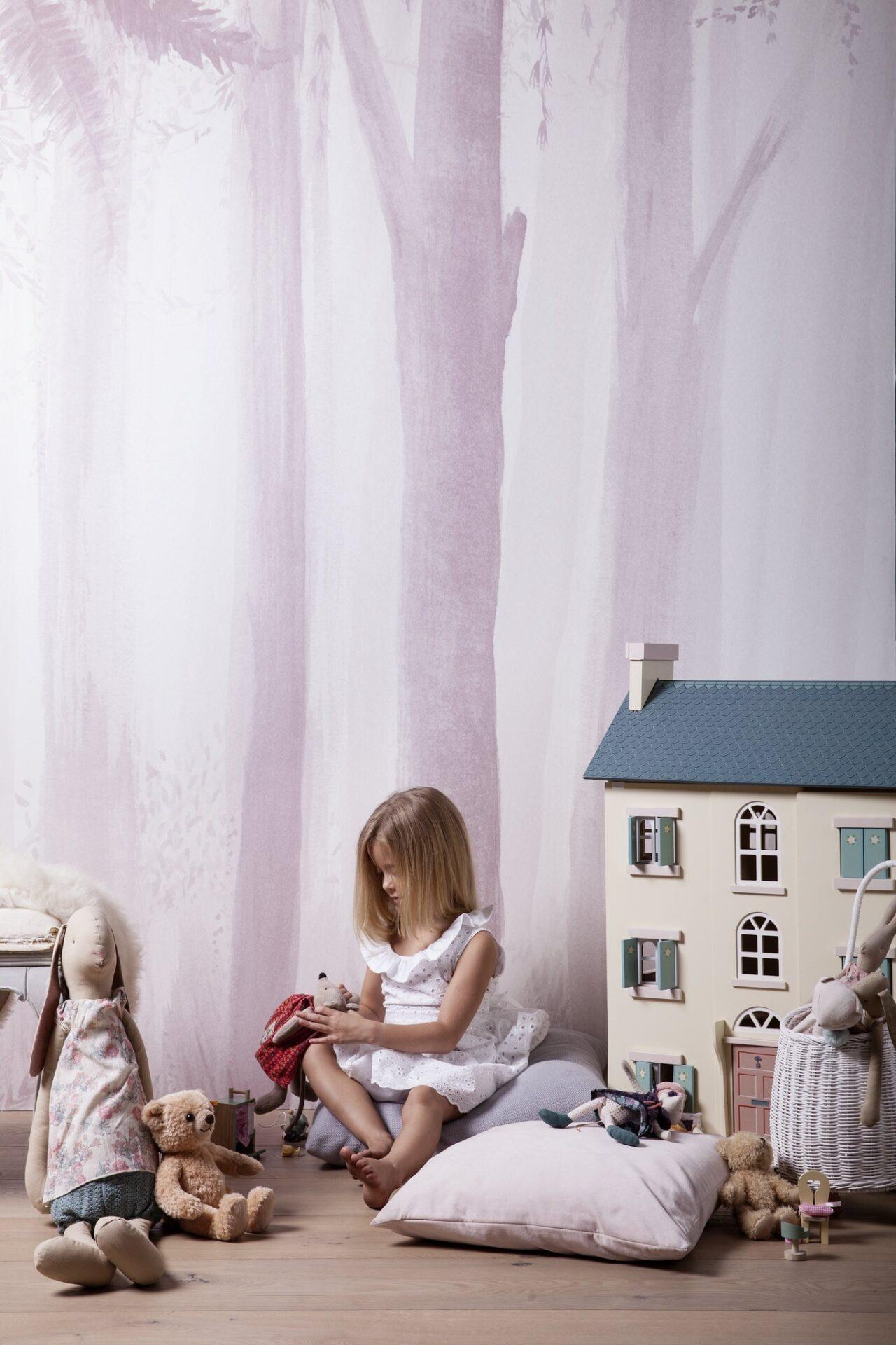 Ausgefallene Tapete mit Bäumen im Kinderzimmer