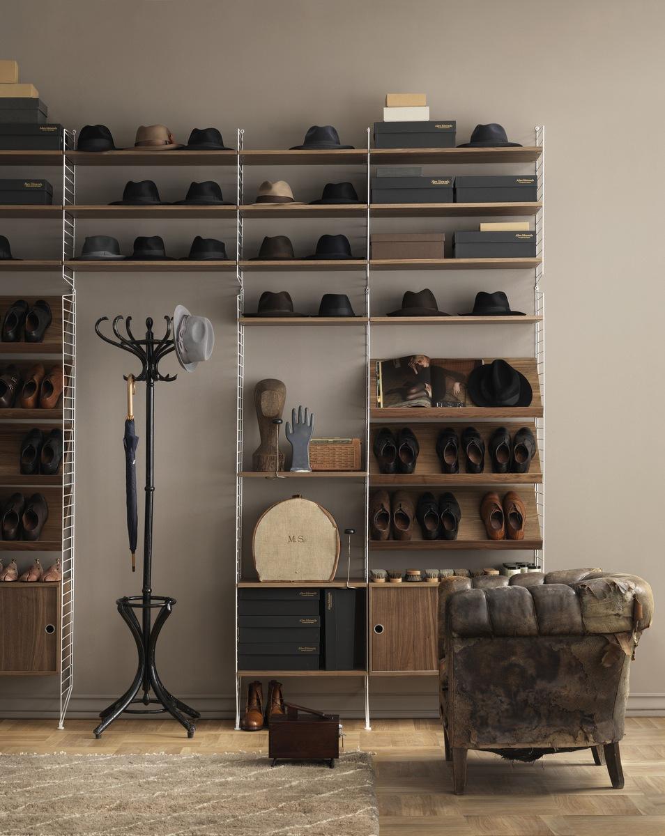 String Regal mit Schuhen und Hüten