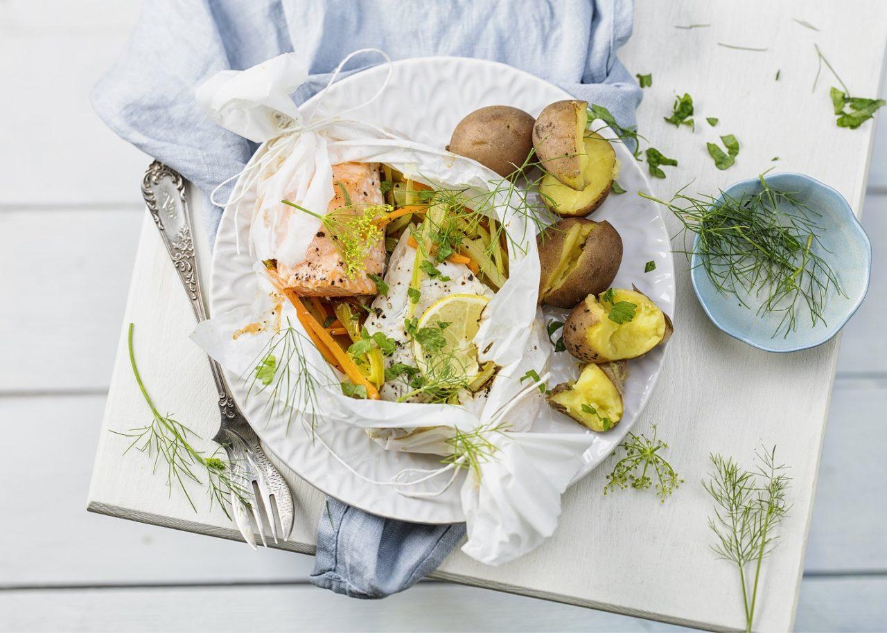 Gemüse und Fisch in Pergamentpäckchen