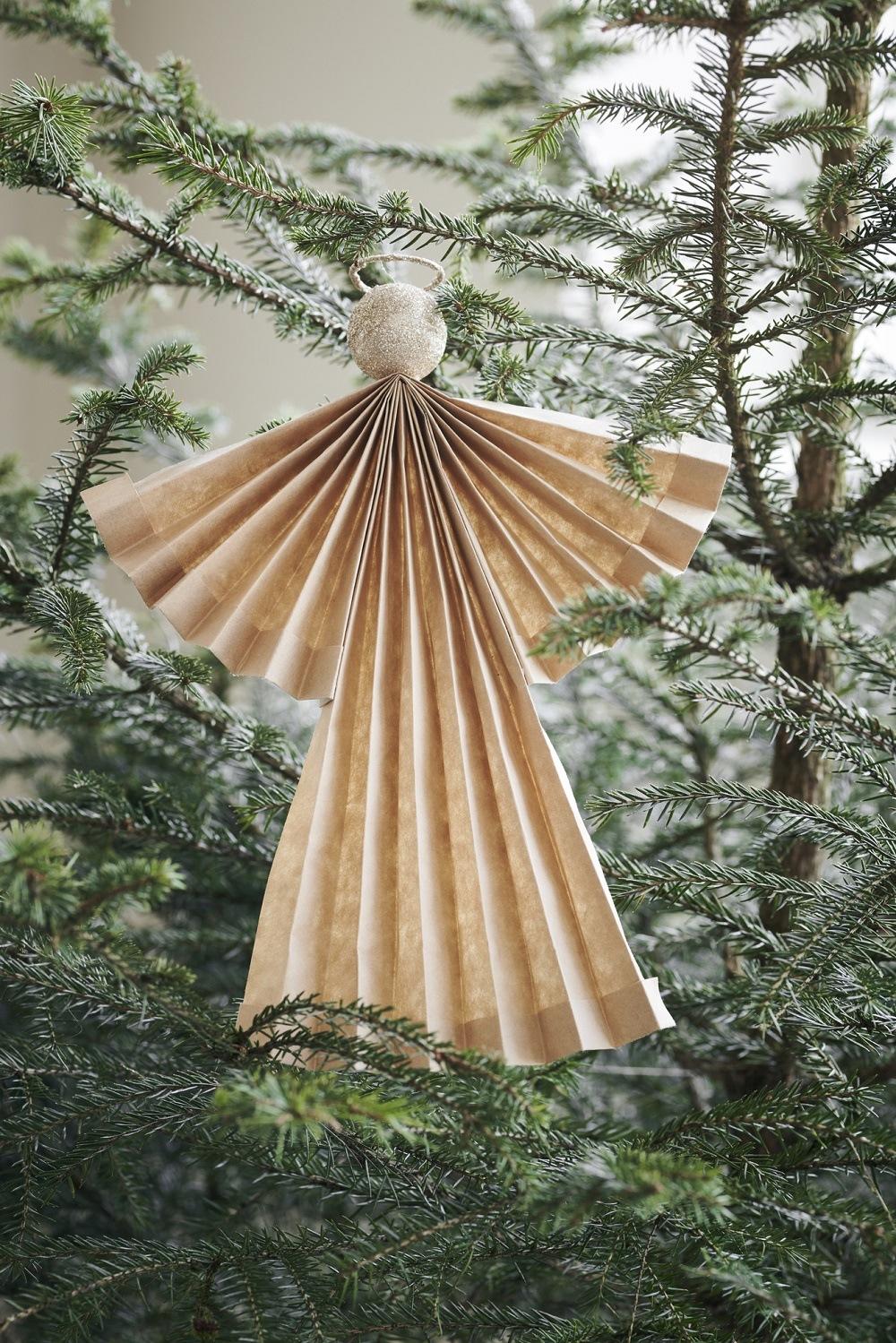 Engel aus Papier im Weihnachtsbaum