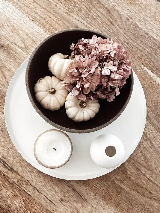 Getrocknete Hortensie und Baby Boo Kürbisse in Blumentopf als Esstischdeko