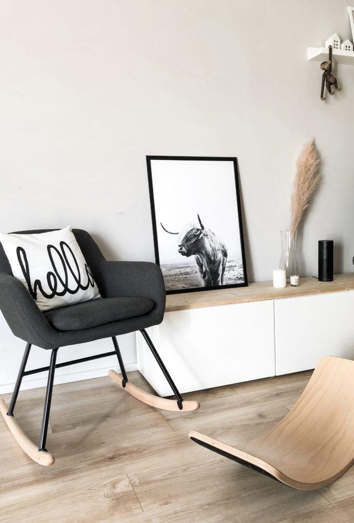 Desenio Poster in Wohnzimmer auf Sideboard