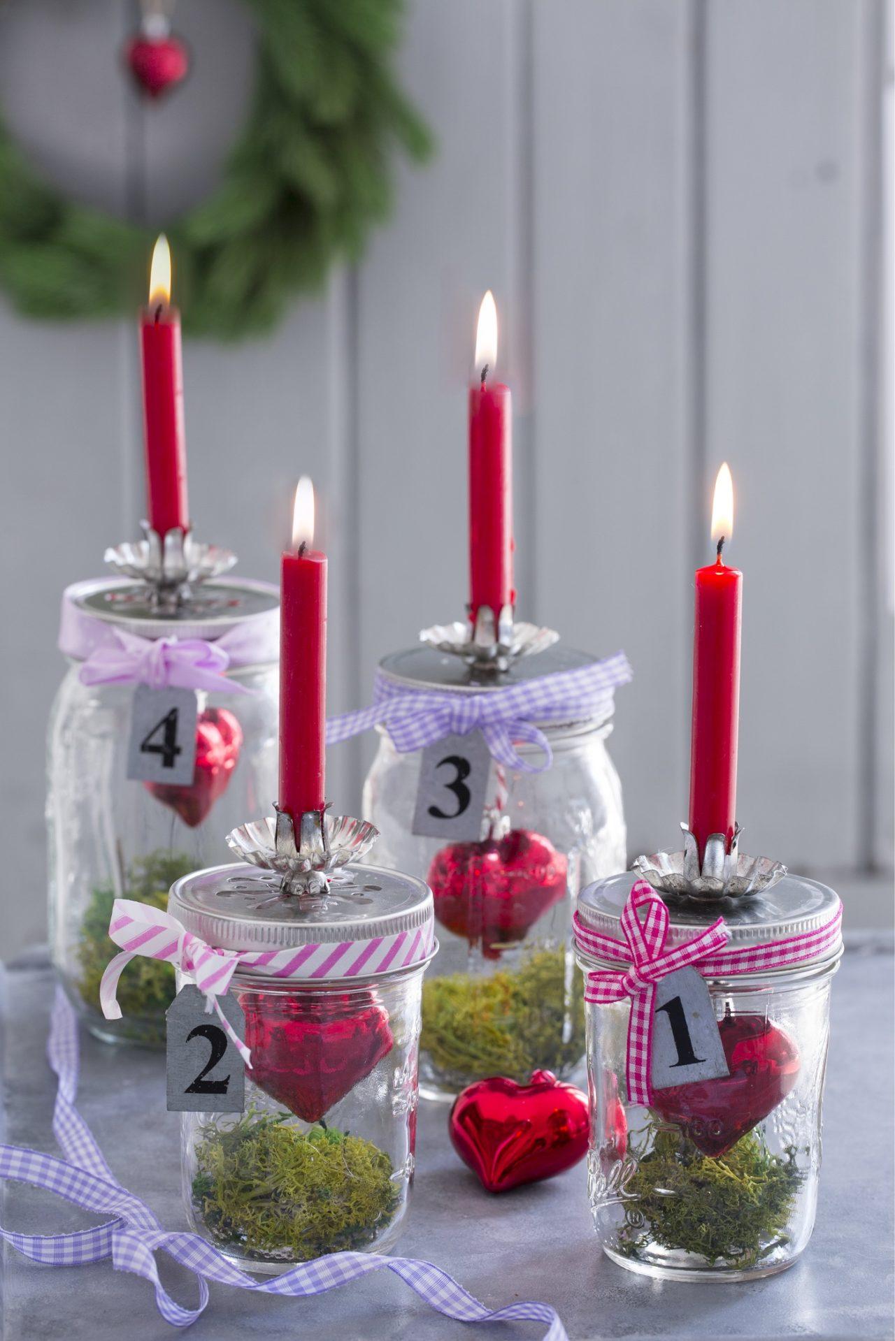 Gläser mit Kerzen als Adventskranz