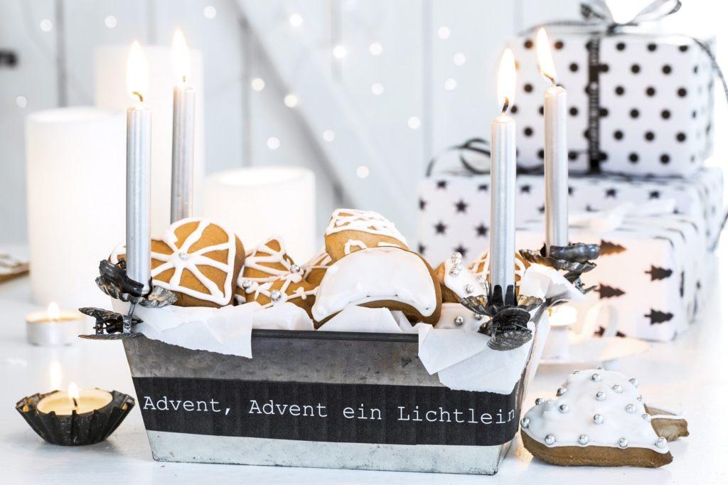 Kerzen in einer Backform als Adventskranz
