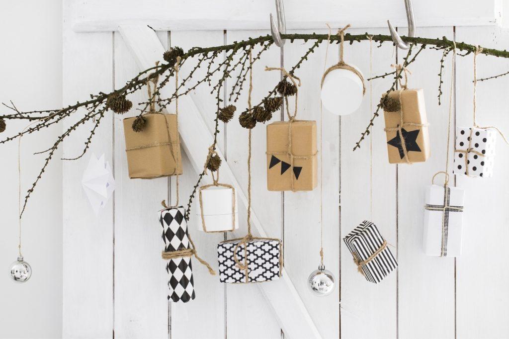 Päckchen in Natur und Schwarz-Weißtönen für Adventskalender