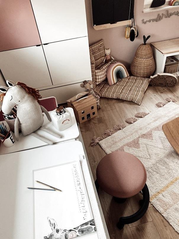 Kinderzimmer Schreibtisch und Kleiderschrank