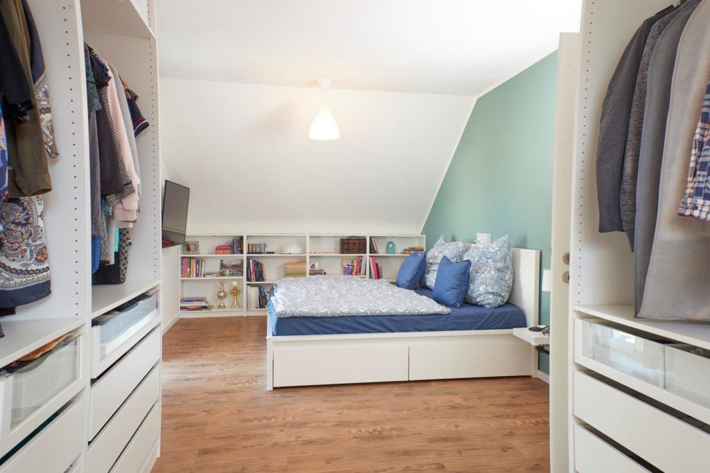 Farbenfrohes Schlafzimmer mit offener Ankleide