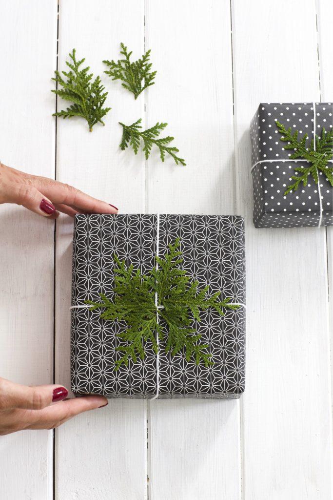 Geschenke mit Koniferenzweigen verpackt