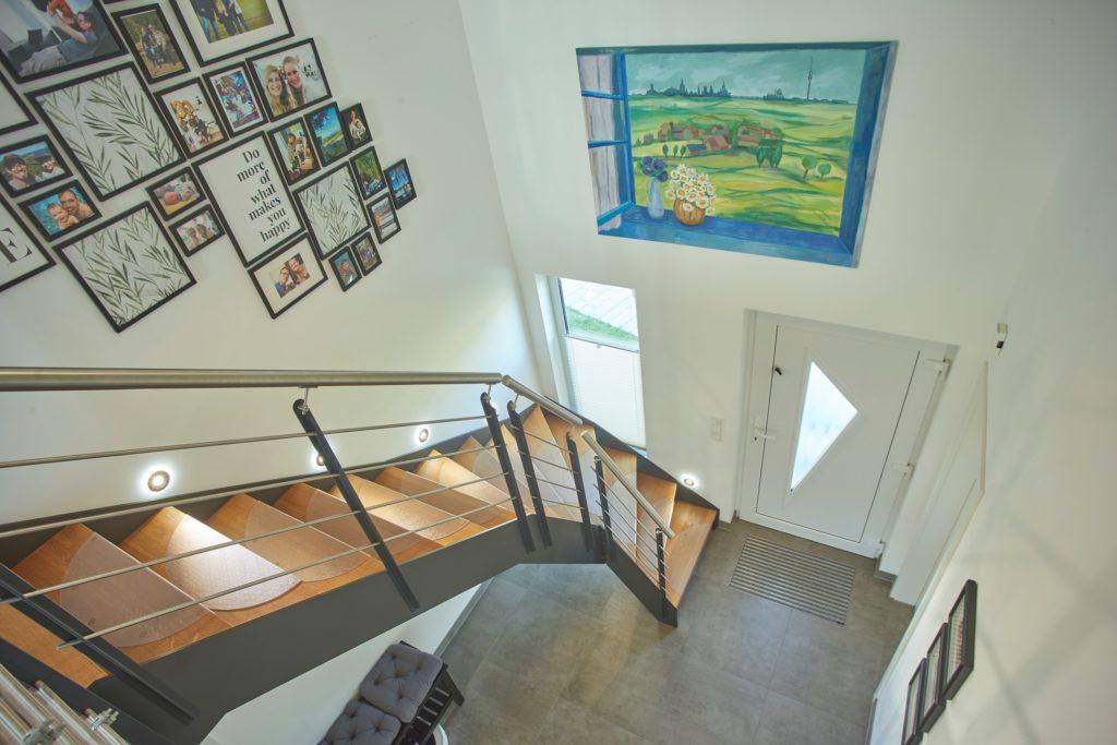 Offene Galerie mit Spots an der Treppe