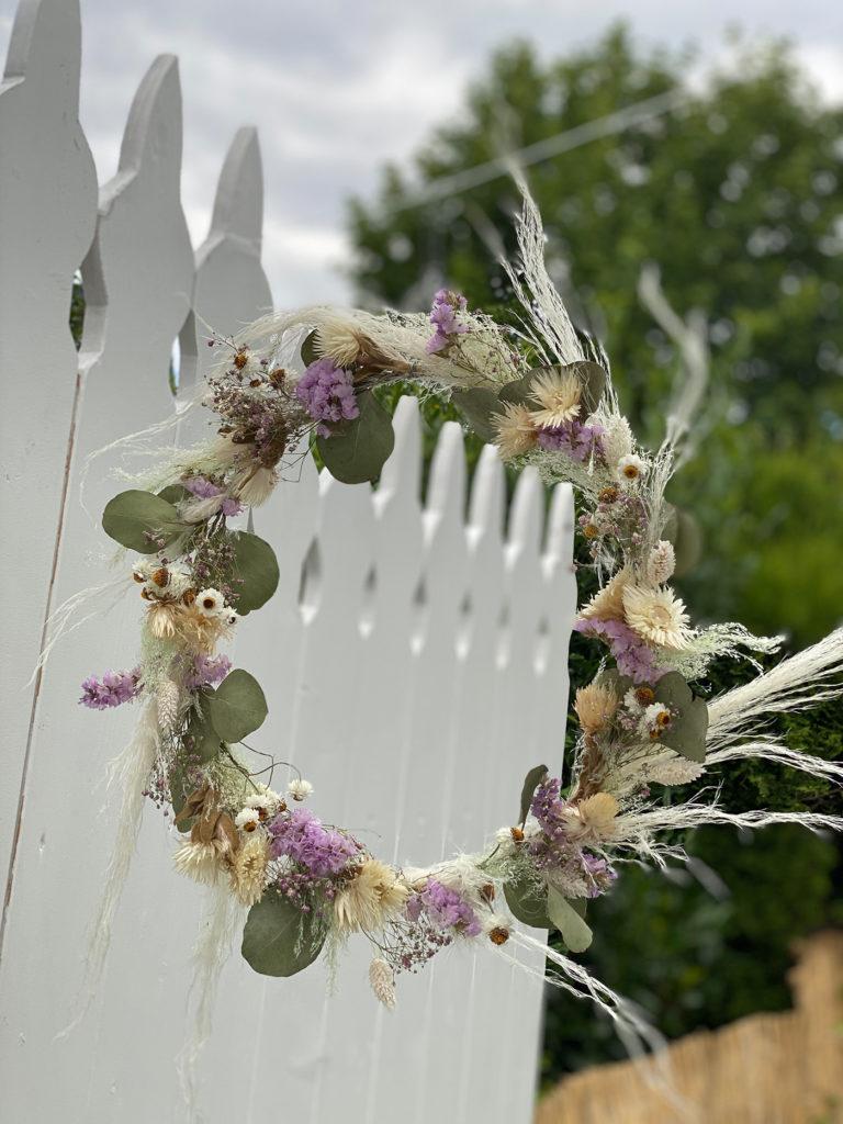 Schöner Kranz mit Trockenblumen in Flieder