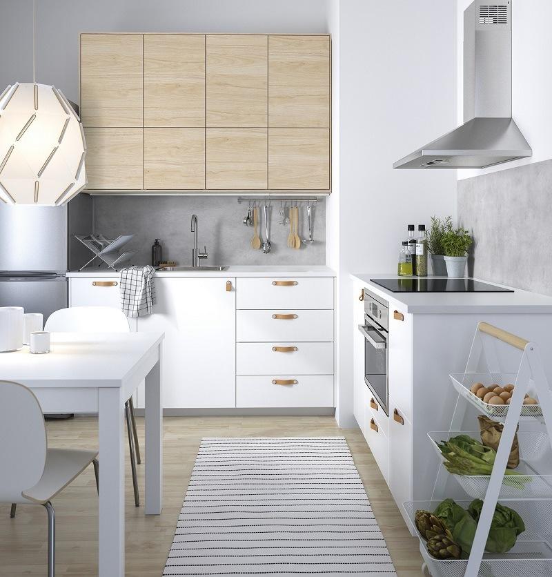 Weiße Küche mit Holz von IKEA