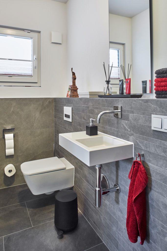 Gäste-WC mit grauen Fliesen