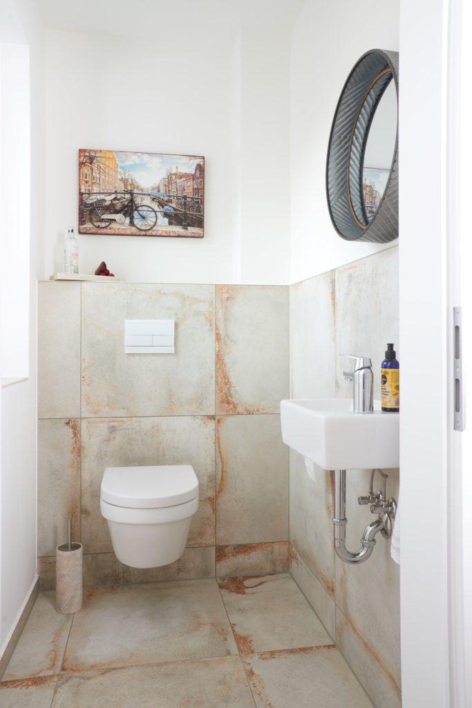 Gäste-WC mit modernen Fliesen