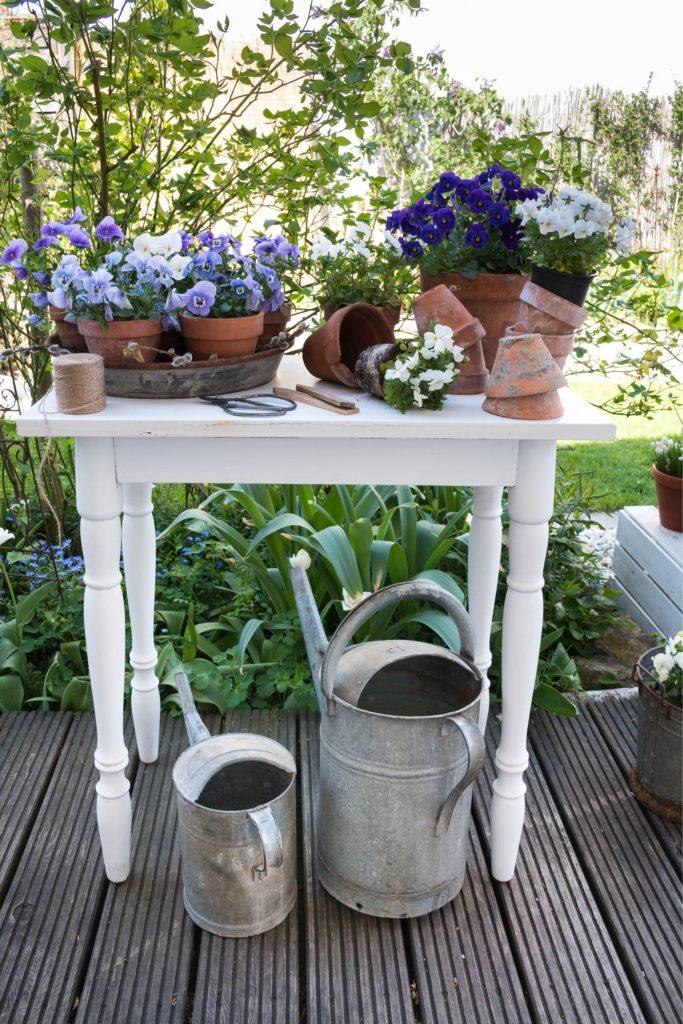 Tisch mit Frühlingsblumen dekorieren