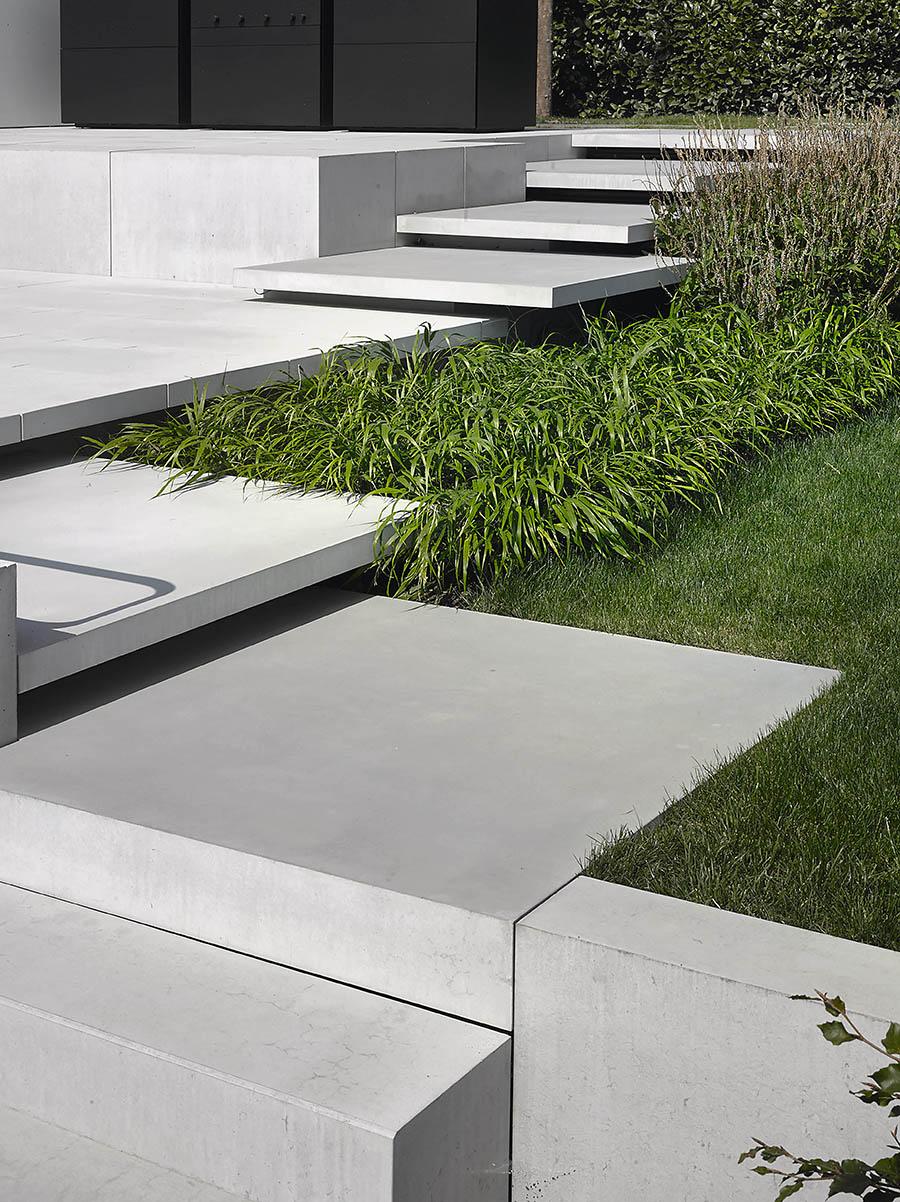 schwebende Stufen im Garten