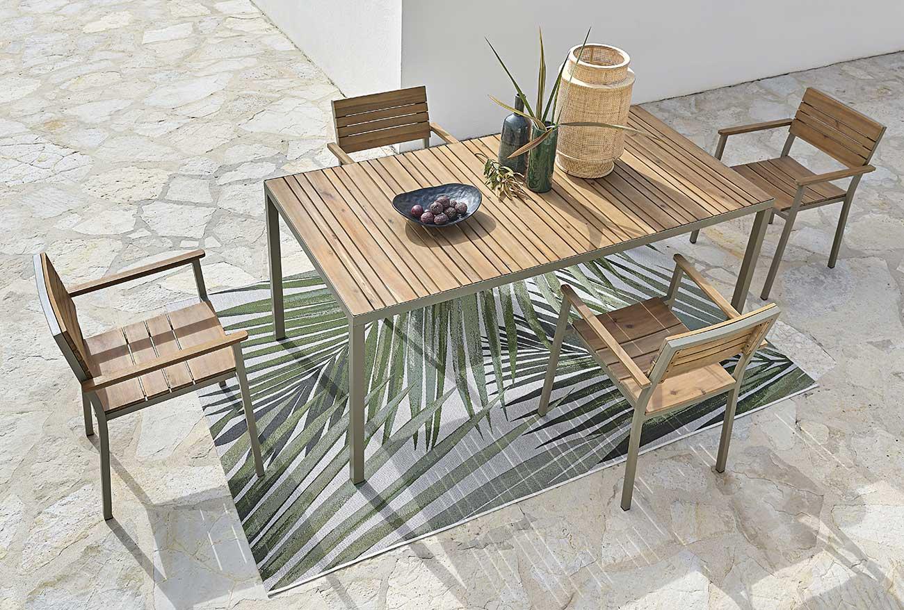 Schöner Tisch mit Holz Terrasse
